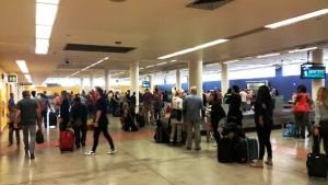 Touristen am Flughafen von Curacao