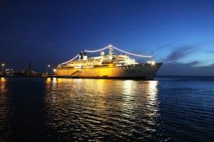 Kreuzfahrtschiff vor Bonaire